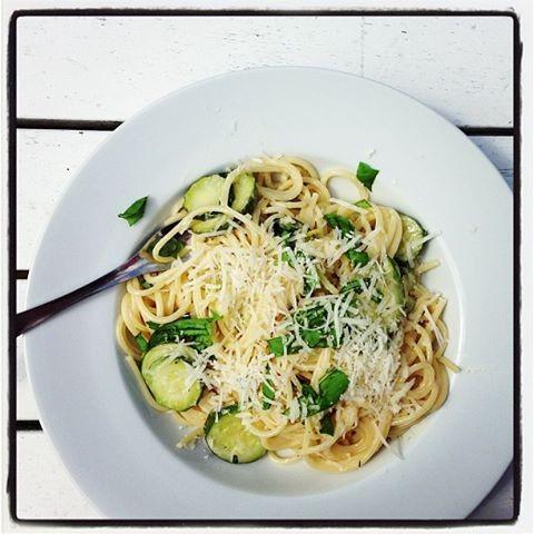 Spaghetti sopii sitruunaisen kastikkeen seuraksi hyvin, mutta yhtä hyvin lautaselle käy tagliatelle.