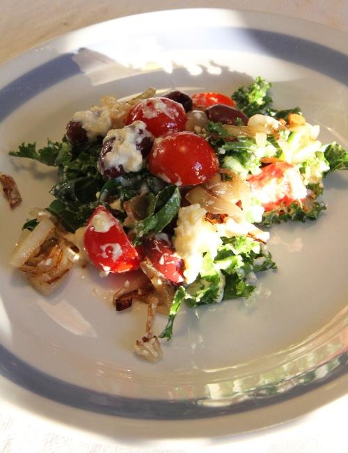 Fetasalaatti ei ole kovin kuvauksellinen, mutta kirpeän lämmittävä keksintö se on.