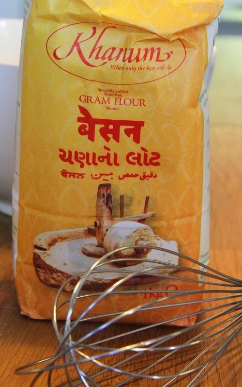 Kikhernejauhoja käytetään muun muassa intialaisiin papadumeihin ja pakoroihin. Vegaanisessa leivonnassa sillä voidaan joskus korvata kananmuna.