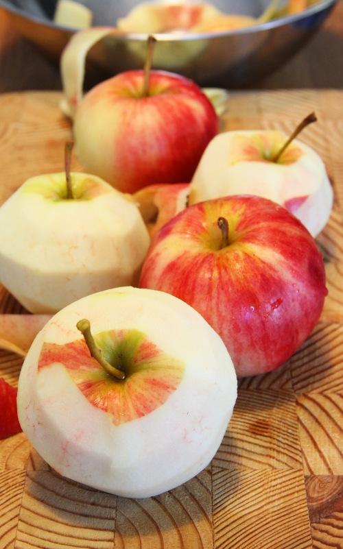 Ensin poimitaan ja kuoritaan omenat.