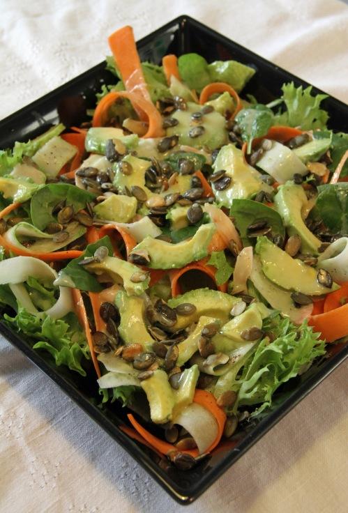 Salaatti. (Porkkanoiden ja kurkkusuikaleiden kihartajalla oli huono päivä!)