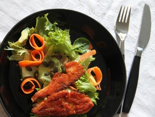 Nosta salaattia lautaselle ja sen päälle paistettuja lohisiivuja.