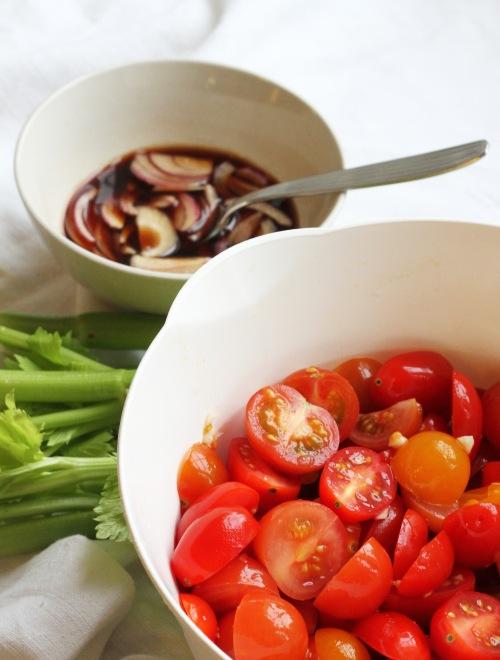 Marinoi tomaatit, marinoi sipulit. Sillä välin ehdit pilkkoa sellerin ja etsiä muut mausteet.