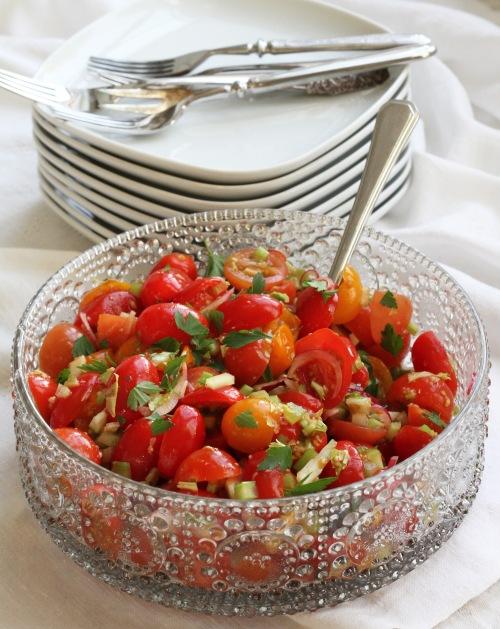 Bloody Mary -salaatti kirsikkatomateista, terveellinen vaihtoehto.