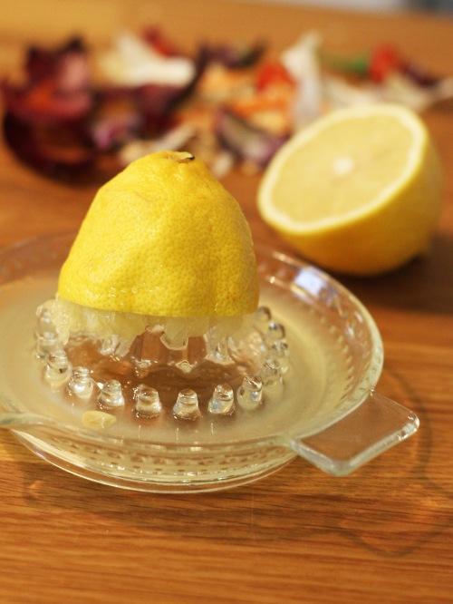 Sitruuna raikastaa maustetahnan mukavasti.
