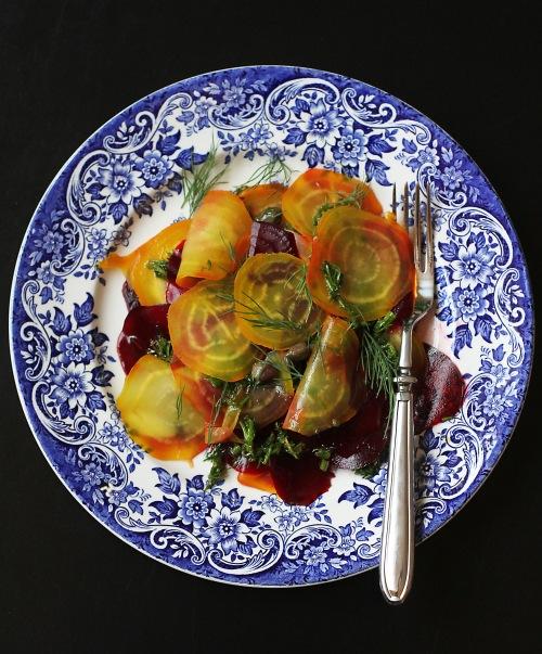 Keltajuuri on piristävä näky punajuurten seassa, mutta salaatin voi toki tehdä pelkistä punajuuristakin.