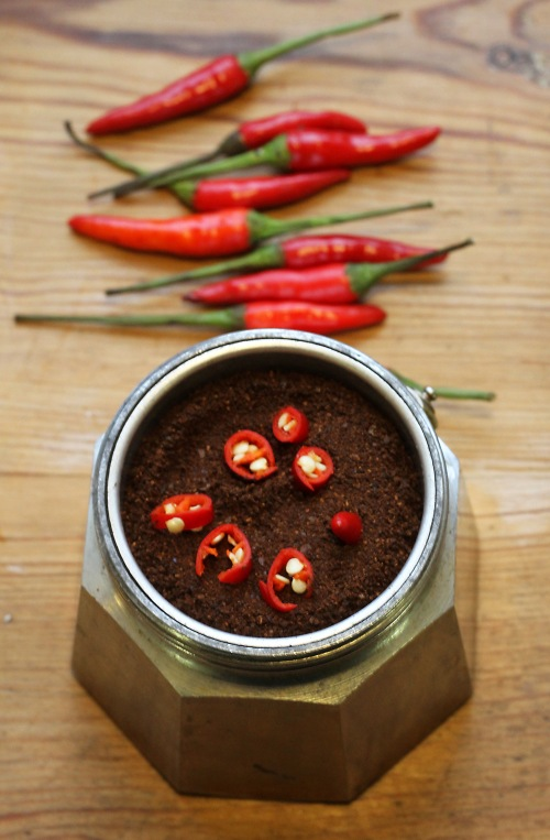 Siivuta chili kahvin päälle.