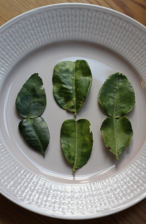 Limetinlehtien maku on jäljittelemätön. Lehtiä myyvät ainakin thairuokakaupat. Koko pussillista ei pysty käyttämään kerralla, mutta lehdet kestävät hyvin pakastamista.