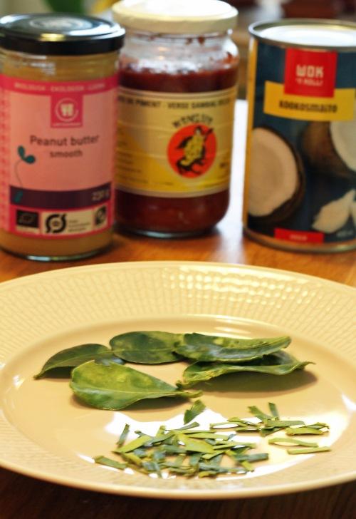 Näistä aineksista ovi syntyä vain jotain hyvää: maapähkinävoita, chiliä, kookosmaitoa ja limetinlehtiä.