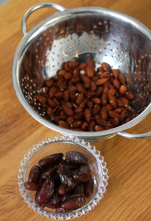 Kakkupohja syntyy liotetuista manteleista ja pehmeistä taateleista.