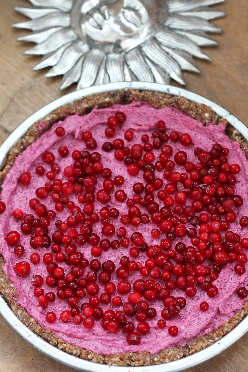Leikkaa pala raikasta ja värikästä kakkua.