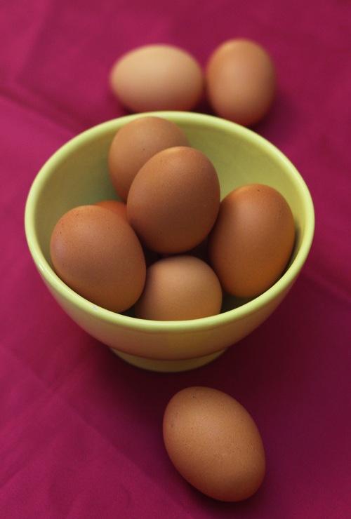 Kananmunissa on eroa. Näitä munivat vapaat kanat, joille ei syötetä rehua.