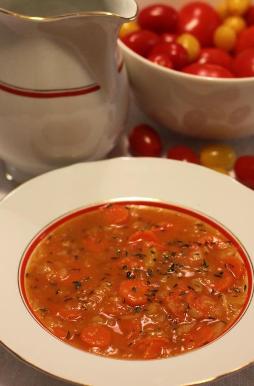 Perunoita, porkkanoita, tomaattia, timjamia.