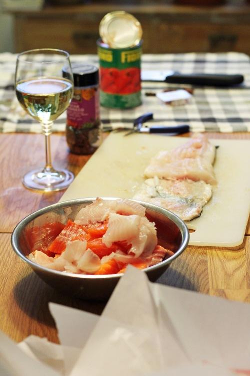 Poista kaloista ruodut ja paloittele ne. Muista myös tarjota kokkikaverille lasi viiniä.