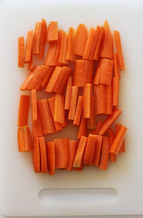 Voit tietenkin pilkkoa porkkanat myös tikuiksi tai paloiksi.