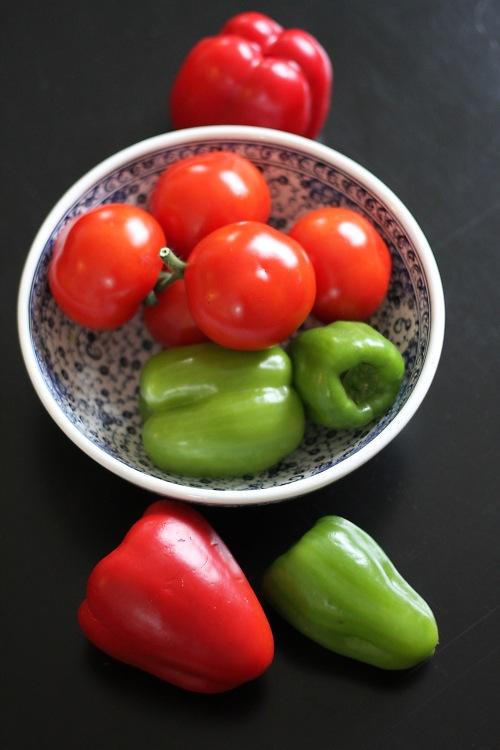 Paprikoita, tomaatteja ja mausteita pohjaksi. Jos tomaatit ovat kelmeitä talviyksilöitä, kannattaa harkita tölkkitomaattien käyttämistä ruokaan.