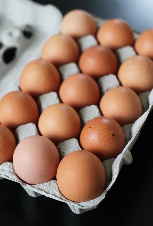 Merjan luomukanojen munia olen kehunut ennenkin, mutta ne kestävät kyllä toisenkin ylistyksen: eron kaupan hyllytavaraan maistaa selvästi.