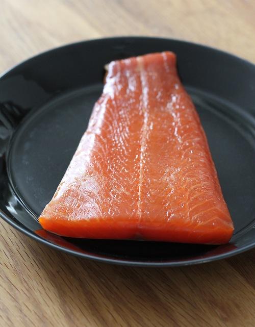 Parhaat kalakuutiot saa paloiteltua kokonaisesta kylmäsavulohen palasta. Hätätapauksessa myös valmiiksi siivutettu lohi käy.