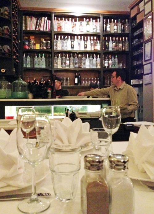 Turkkilaiset eivät juuri viinistä perusta, mutta anisviina raki tekee kauppansa. Sen näkee myös Meze-ravintolan pullohyllystä.