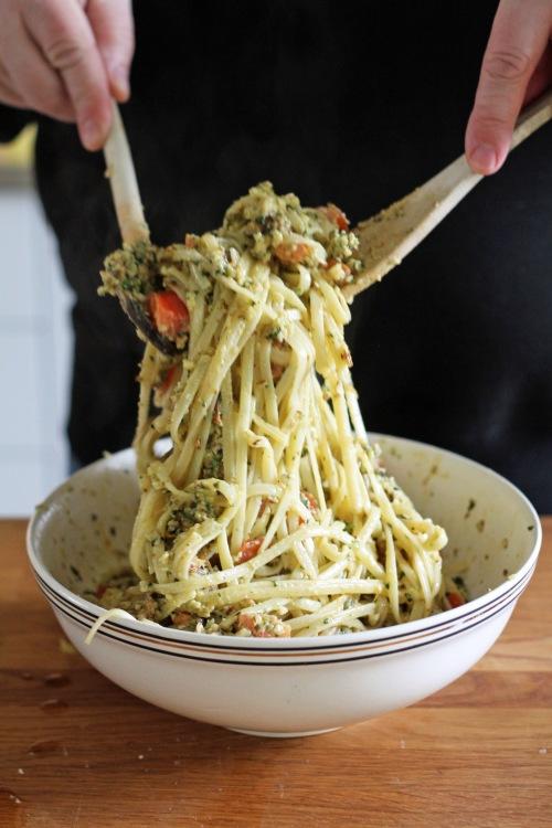 Lisää kulhoon tomaatit ja juuri keittämäsi pasta. Sekoita, sekoita ja sekoita  rauhallisesti.