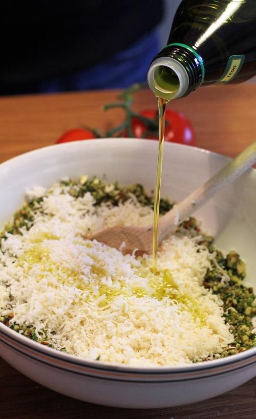 Raasta parmesaani ja lorauta seokseen kunnolla oliiviöljyä. Sekoita.