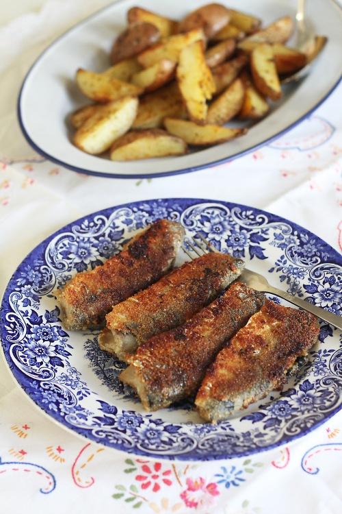 Paistettujen kalojen seuraksi kelpavat perunat kaikissa muodoissaan ja kaikenlaiset raikkaat salaatit.
