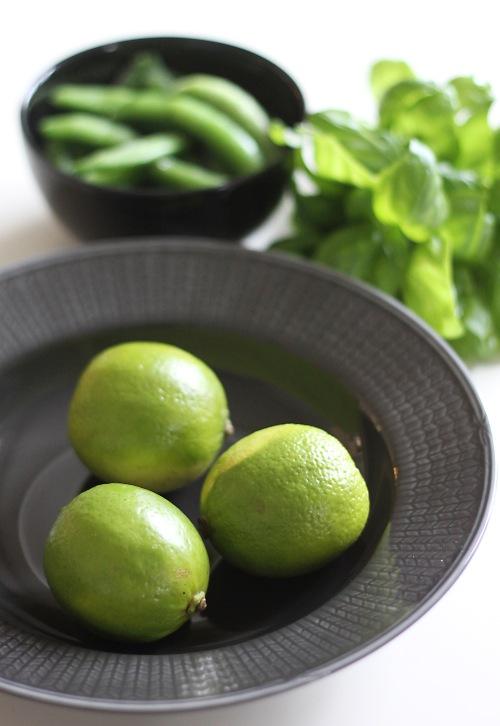 Kevään vihreää! Limeä, sokeriherneitä ja basilikaa.