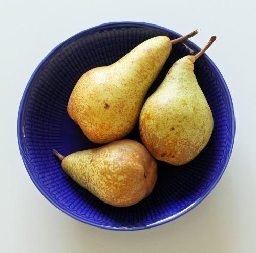 Tuoreet päärynät ovat raikkaampia kuin säilykepäärynät, mutta jos laiskottaa, käytä purkkihedelmiä.