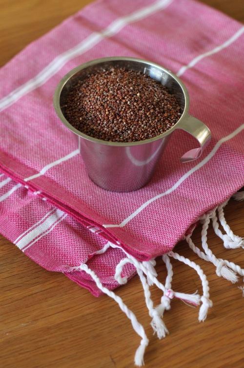 Meillä sattui nyt olemaan punaista kvinoaa, mutta vaalea käy salaattiin aivan yhtä hyvin.