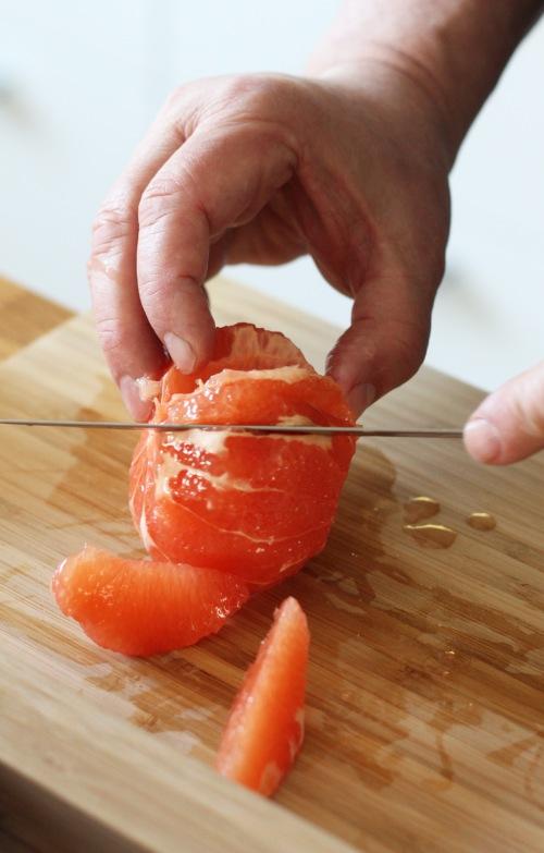 ...ja sitten sitrus fileiksi. Leikkaa hedelmät lohkoiksi kalvojen välistä.