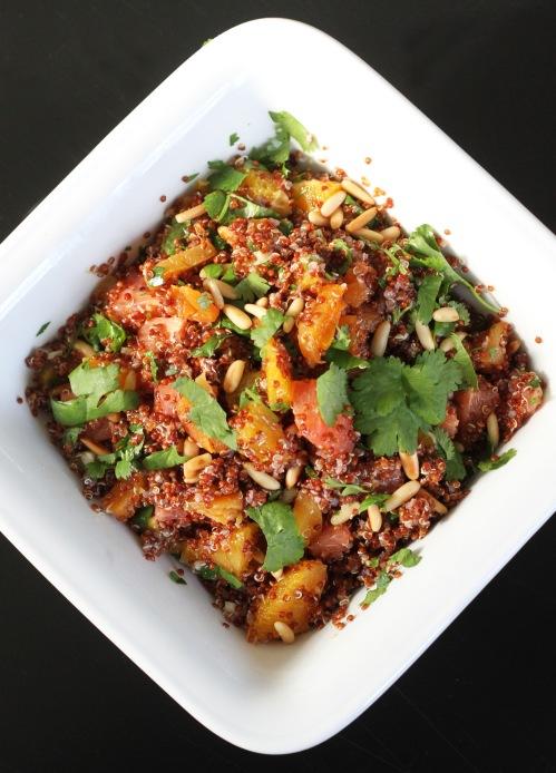 Pähkinäinen kvinoa tukevoittaa mukavasti sitruksisen salaatin.