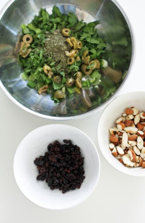 Bulgur maustetaan yrteillä, manteleilla ja rusinoilla tai korinteilla.