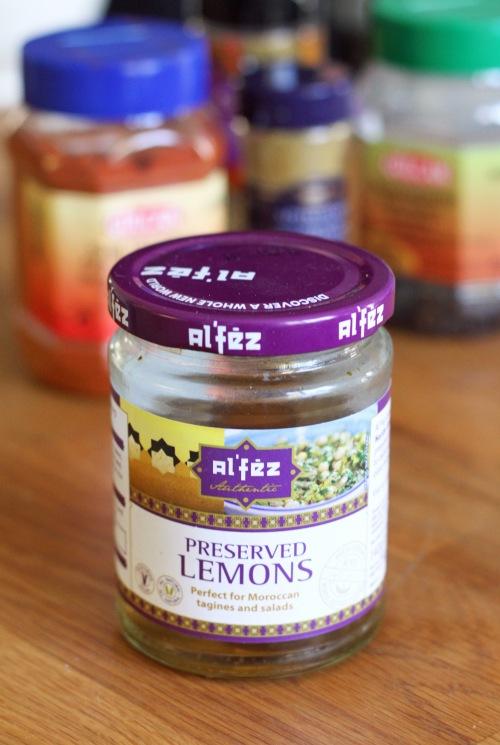 Säilöttyjä sitruunoita voisi tehdä myös itse, mutta toistaiseksi olemme hakeneet ne kaupan hyllyltä.