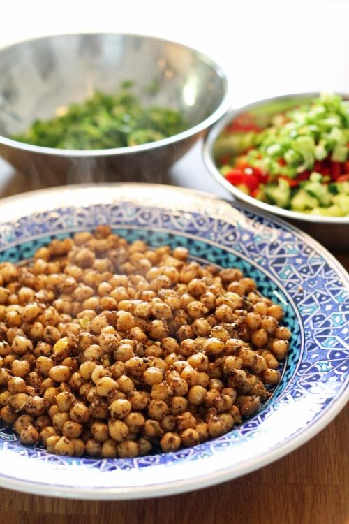 Yhdistä kuumat mausteiset herneet ja sitruunaisen raikkaat yrtit ja vihannekset. Syö heti. Tai syö kylmänä seuraavana päivänä.