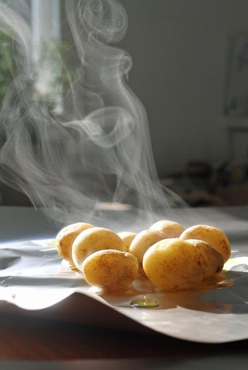 Keitä perunat melkein kypsiksi.