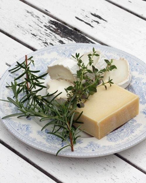 Ottolenghin ohjeessa käytetään pehmeää ja kovaa vuohenjuustoa, mutta tuon kovemman voi aivan hyvin korvata esimerkiksi cheddarilla.
