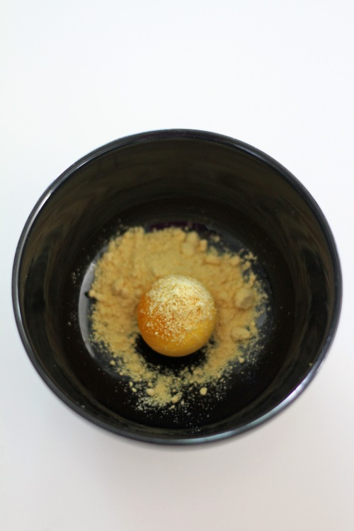 Kirpeän kastikkeen teko alkaa keltuaisesta ja sinappijauhosta.