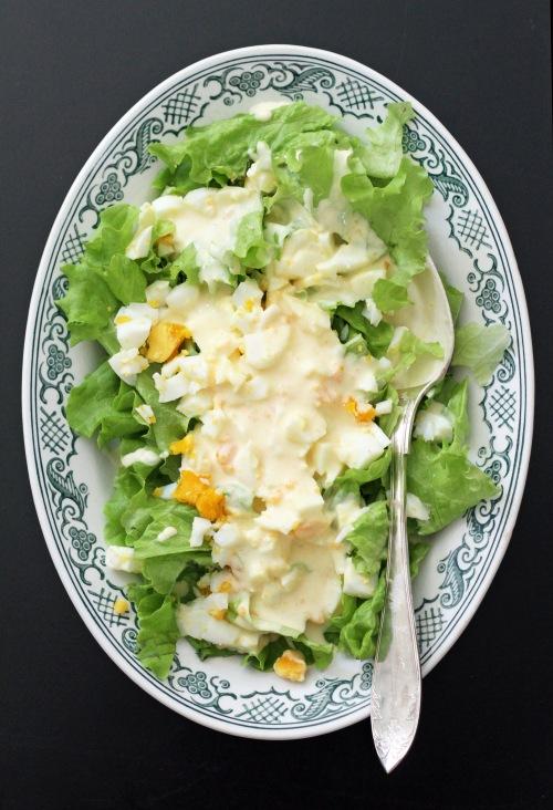 Vanhan ajan kesäsalaatti toimii myös 2000-luvulla. Sekoita salaatti vasta pöydässä.
