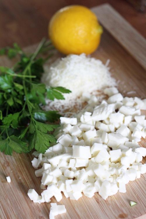 Paloittele mozzarella, raasta parmesaani.