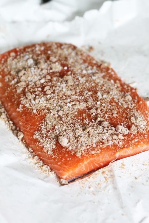 Mausta kala suolan ja ruskean sokerin sekoituksella.