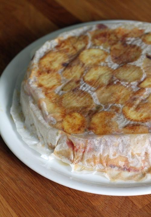 Kumoa kypsä paistos isolle lautaselle ja odota hetki, ennen kuin poistat leivinpaperin.