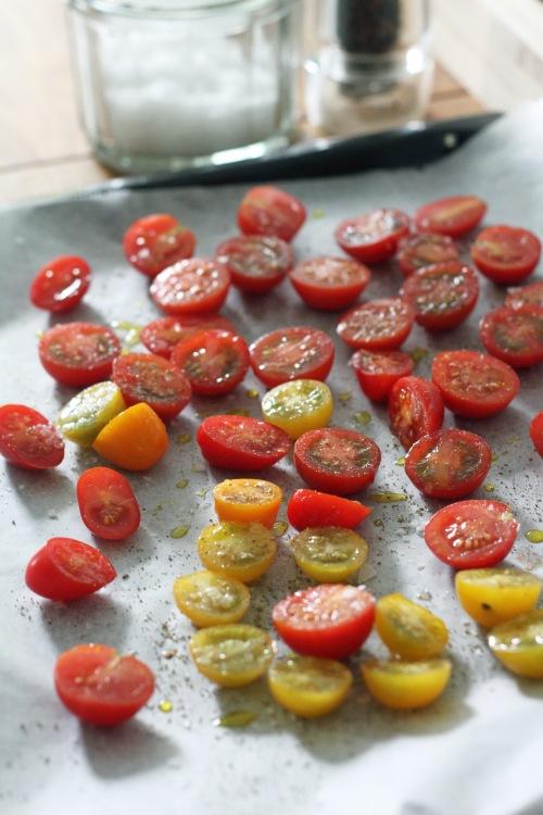 PIlko tomaatit, mausta suolalla, mustapippurilla ja oliiviöljyllä. Paahda uunissa noin 45 minuuttia.