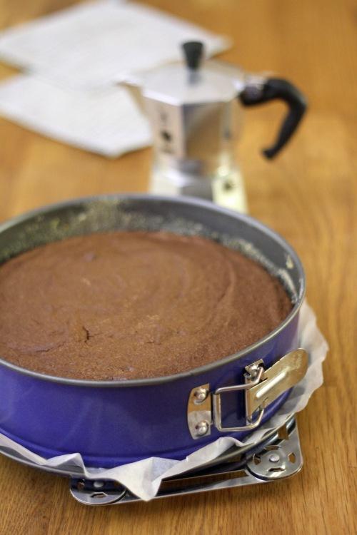 Vuoka kannattaa vuorata leivinpaperilla myös reunoilta. Hätäisen emännän tekemä korppujauhotus ei kaunista tummaa kakkua.