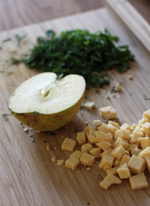 Silppua tilli ja persilja, kuutioi juusto ja pilko omena tikuiksi.