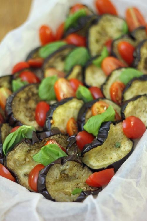 Lado viipaleet tomaattien ja yrttien kanssa uunivuokaan.