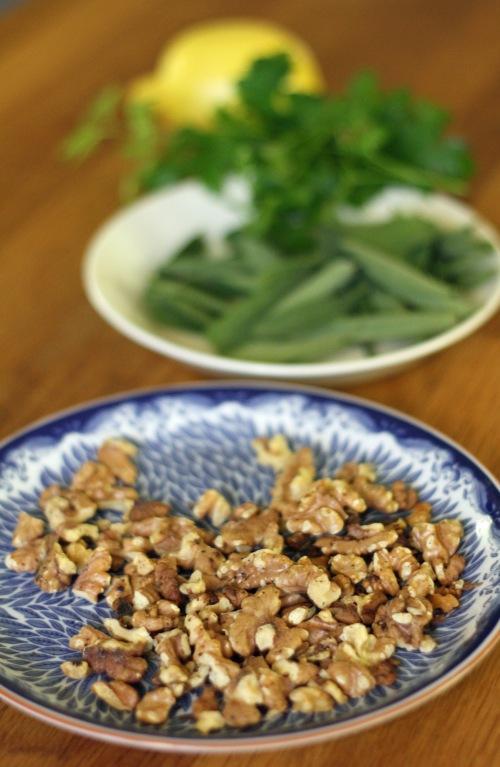 Pähkinät voi paahtaa pannulla tai uunissa. Salvian määrän saa jokainen säätää itselleen sopivaksi, mutta sen pitää mielellään maistua reippaasti.