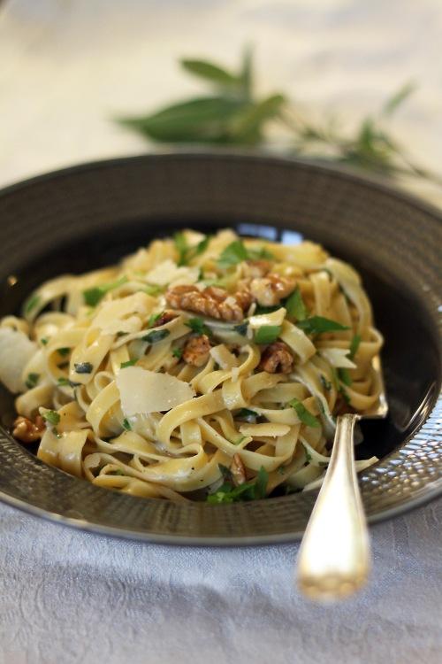 Salvia-pähkinä-pasta valmistuu ja katoaa  lautaselta nopeasti.