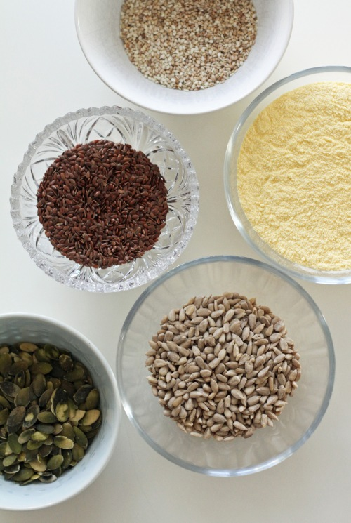 Siemenistä ja maissijauhosta syntyy herkullinen näkkäri.