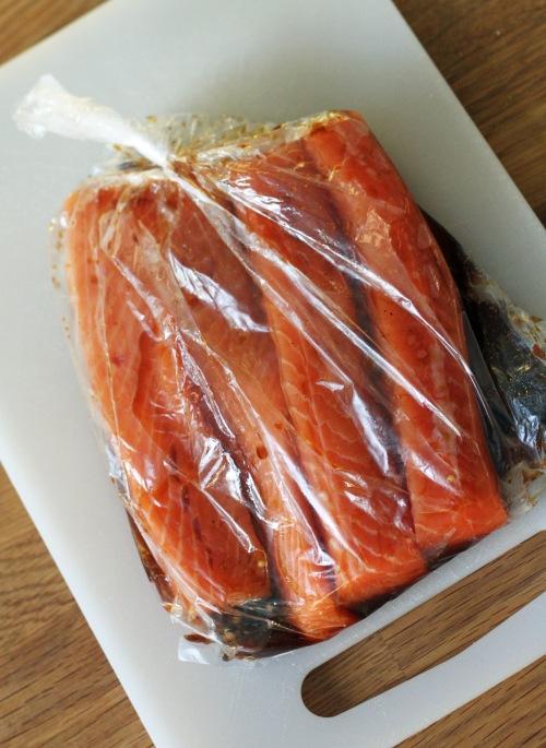 Lohi marinoituu kyllä vadillakin, mutta kastikkeen saa pyöriteltyä kalaan mukavasti, kun sen sulloo muovipussiin.