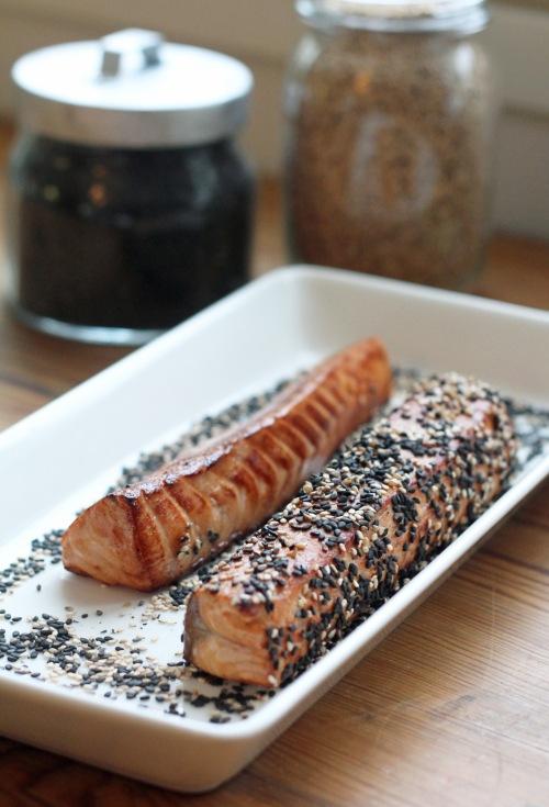 Pyörittele nopeasti paistetut kalat seesaminsiemenissä.